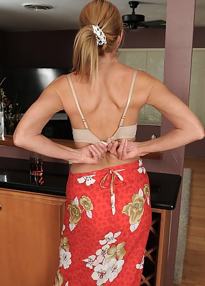 Free Moms Undressing Porn Pictures